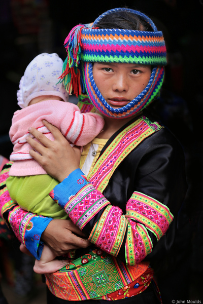 face of vietnam - White Hmong girl with child, Sin Ho Market, Lai Chau